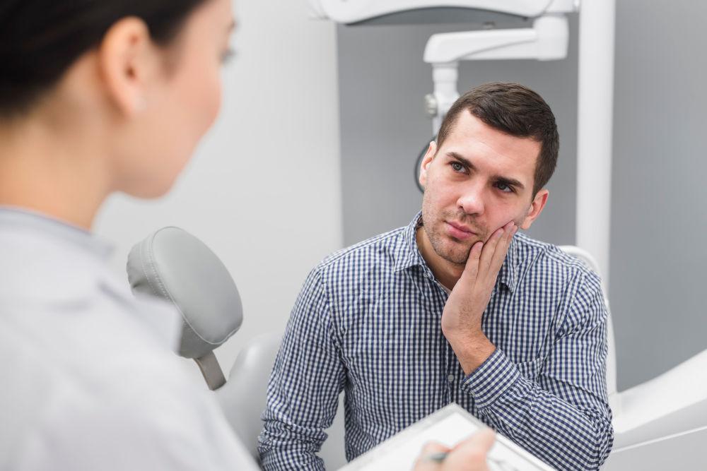 dentist emergency care | Man feeling pain.